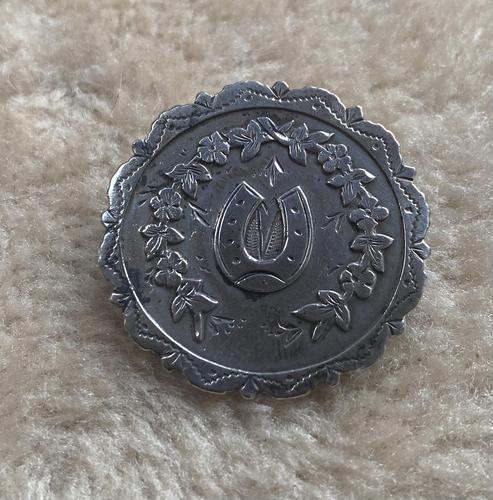 Silver Horse Shoe Brooch (1 of 2)
