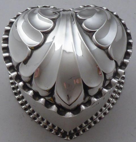 Victorian 1890 Hallmarked Solid Silver Love Heart Jewellery Box Pill Box (1 of 11)