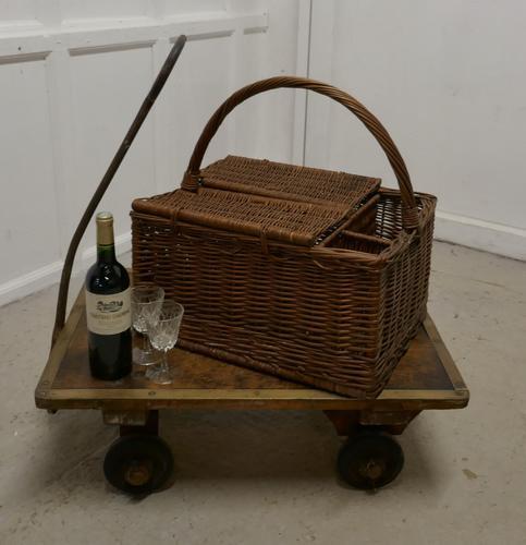 Large Wicker Picnic Basket (1 of 4)