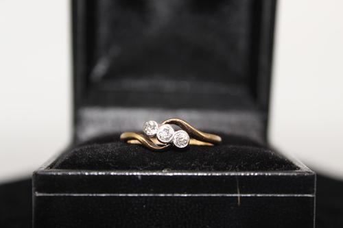 18ct Gold & Diamond Ring, size K, weighing 2.1g (1 of 6)