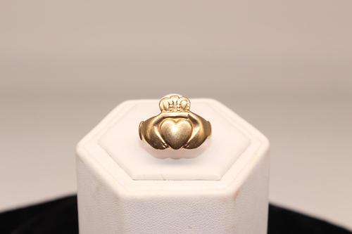 9ct Gold Ring, size R, weighing 4.1g (1 of 5)