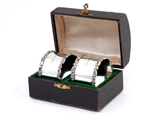 Pair of Boxed Edwardian Silver Napkin Rings with Plain Bodies and Floral and Scroll Borders (1 of 5)