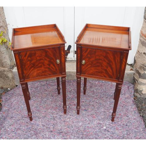 Fine Pair of Gillows Style Mahogany Bedsides (1 of 7)