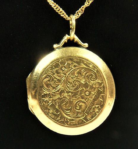 Edwardian Engraved 9ct Yellow Gold Locket Pendant (1 of 10)