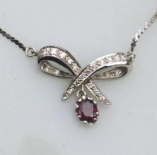 A Pretty Vintage Jewelry 9 ct White Gold & Diamond & Garnet Pendant and Chain (1 of 6)