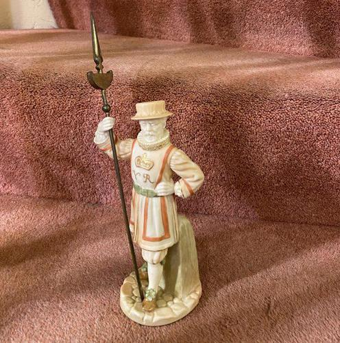 Rare Royal Worcester Porcelain Figure – Beefeater 'Shape No: 1362', by James Hadley Dated 1892 (1 of 6)