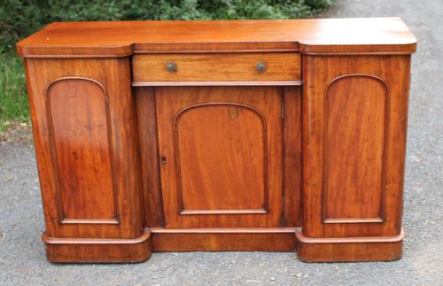 1900's Large Well Fitted Breakfront Mahogany 3 Door Sideboard + Key (1 of 5)