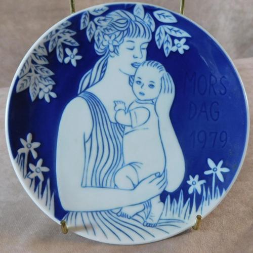 """Royal Copenhagen """"Mors Dag"""" 1979 Plate (1 of 3)"""