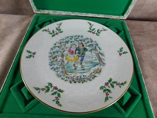 Royal Doulton Christmas Plate (1 of 4)