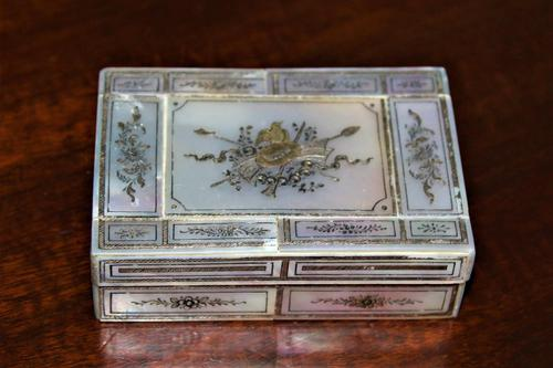 Fine quality mother-of-pearl box with a finely engraved cartouche gilded & silvered (1 of 5)
