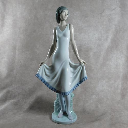 """""""El Modelito"""" or """"Pretty Pose"""" Hand Modelled Porcelain Figure by Nao (1 of 6)"""