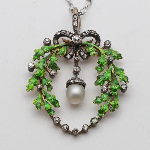 Victorian oak-leaf pendant with diamond and pearl in original case (1 of 5)
