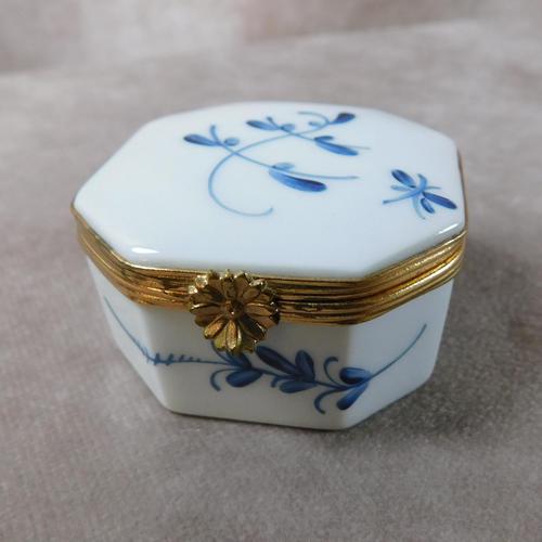 """Limoges """"Porcelaines de Chantilly"""" Porcelain  Box (1 of 6)"""