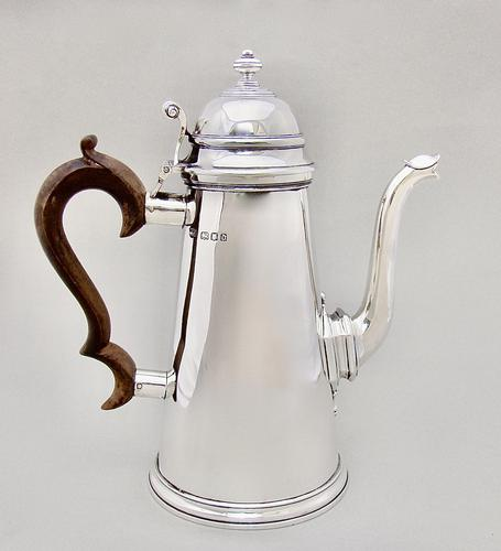 Exceptional Queen Anne Style Solid Silver Coffee Pot by Mappin & Webb, London 1919 (1 of 7)
