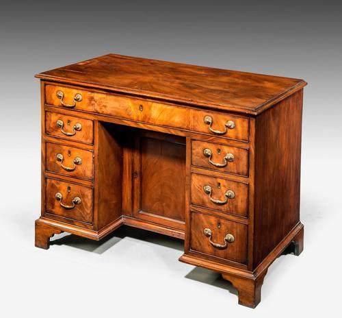 Good George III Period Mahogany Kneehole Desk (1 of 4)