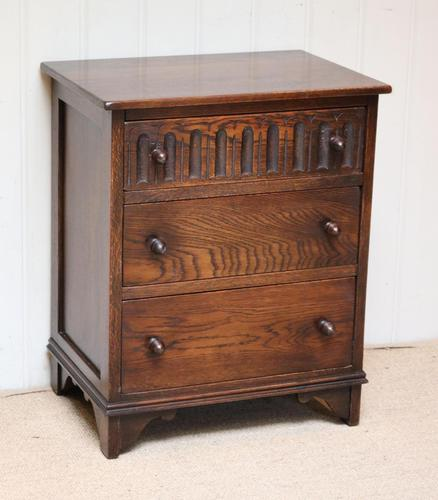 Small Proportioned Oak Chest of Drawers (1 of 10)