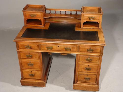 Fine Quality Victorian Walnut Kneehole Desk (1 of 6)