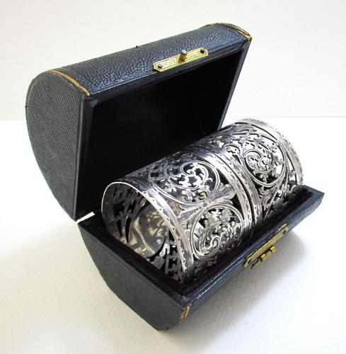 Pair of Antique English Victorian Style Solid Sterling Silver Serviette Napkin Rings. Cased / Original Box (1 of 7)