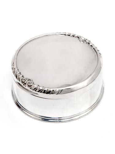 William Comyns Silver Trinket or Jewellery Box with a Gadroon and Scroll Decoration (1 of 4)
