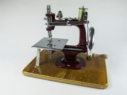 Vintage Essex No.1 Miniature Sewing Machine (1 of 6)