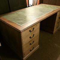 G. W. R Large Pine & Oak Leather Topped Desk (12 of 17)