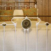 Late Victorian Brass & Cast Iron Antique Bed in Cream (4 of 5)