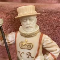 Rare Royal Worcester Porcelain Figure – Beefeater 'Shape No: 1362', by James Hadley Dated 1892 (3 of 6)