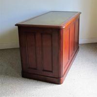 Mahogany Kneehole Desk (5 of 11)