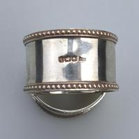 Good Grade Solid Silver Pair of Napkin Rings by Walker & Hall c.1919 (5 of 6)