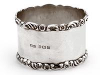 Pair of Boxed Edwardian Silver Napkin Rings with Plain Bodies and Floral and Scroll Borders (3 of 5)