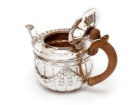 Victorian Silver Bachelor Style Tea Pot with a Crested Body (4 of 7)