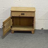 Pair of Small Bedside Cabinets (2 of 5)