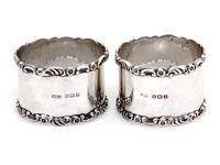 Pair of Boxed Edwardian Silver Napkin Rings with Plain Bodies and Floral and Scroll Borders (2 of 5)