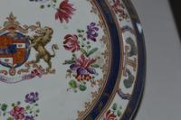 19th Century Samson Armorial Comport Decorated with a Heraldic Crest (5 of 6)