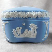 Wedgwood Blue Jasperware Kidney Shaped Trinket Box & Tray (3 of 11)