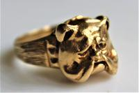 Unusual 9ct gold ring of chunky proportions depicting a well cast Bulldogs head size v