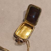 Victorian 9ct Gold Locket (6 of 8)