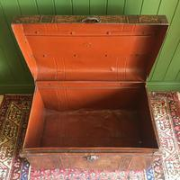 ANTIQUE Victorian Steamer TRUNK Old Tin Travel TRUNK Coffee Table Shabby Chic Metal Storage Chest (3 of 12)
