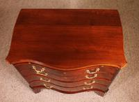 Small Serpentine Chest of Drawers George III in Mahogany (10 of 12)