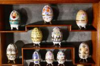 A Collection of Ceramic Egg Trinket Boxes, in Original Art Deco Display Shelf (3 of 8)